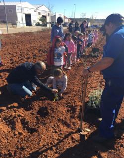 El alcalde del pueblo también enseña a los más pequeños   cómo hacerlo